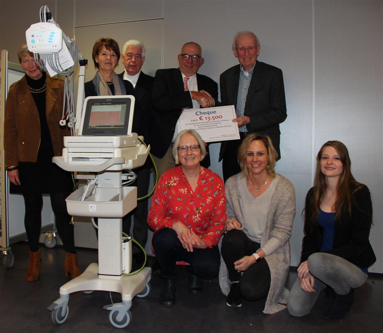 Vrienden van ziekenhuis Dirksland schenkt ECG-apparaat