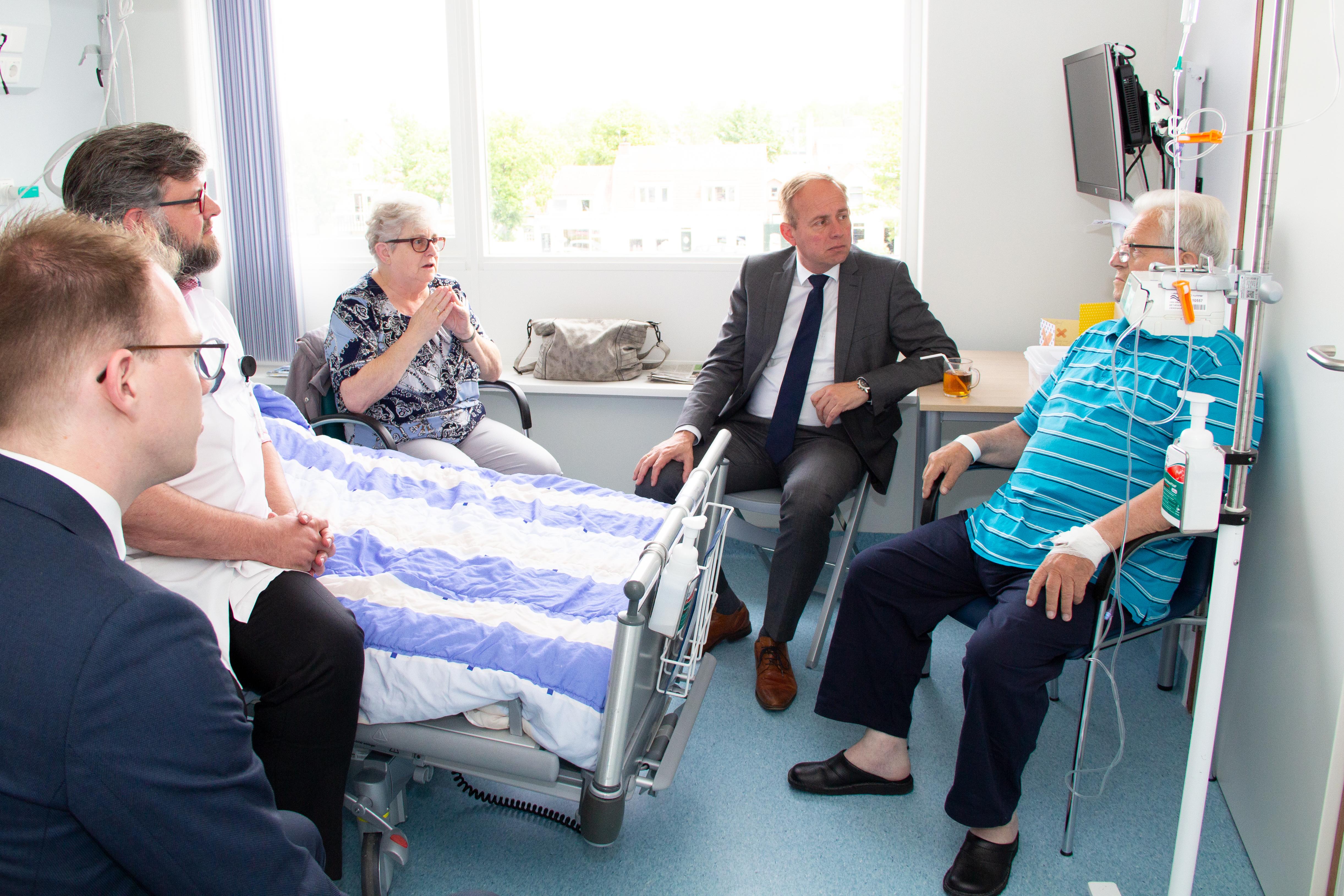 Van der Staaij in gesprek met patiënt en geriater